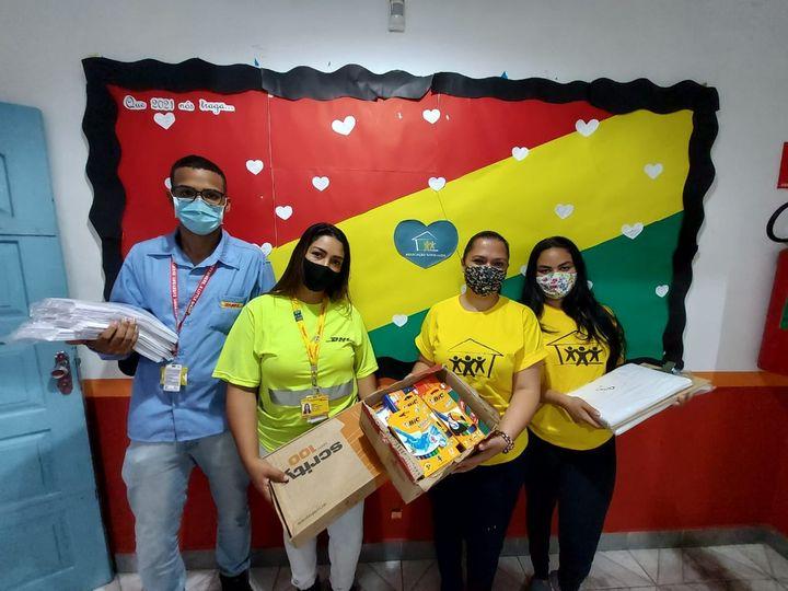 DHL faz doação de materiais de escritório